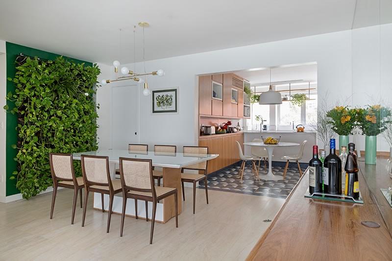 Circuito Arq+Decor tria-arquitetura-08 Texturas naturais, plantas e fluidez no apto com 'clima de casa' assinado pelo TRIA Arquitetura PROJETOS